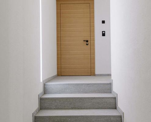 Gestemmte Türe aus gedämpftem Arvenholz