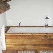 Badewanne mit Holzverkleidung