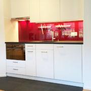 Küche Kunstharz belegt mit Steinabdeckung und Glasrückwand