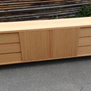 Sideboard in Lärche mit Schiebetüren