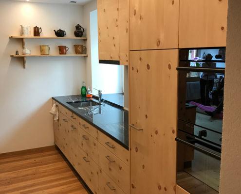 Küche in Arve furniert mit Steinabdeckung