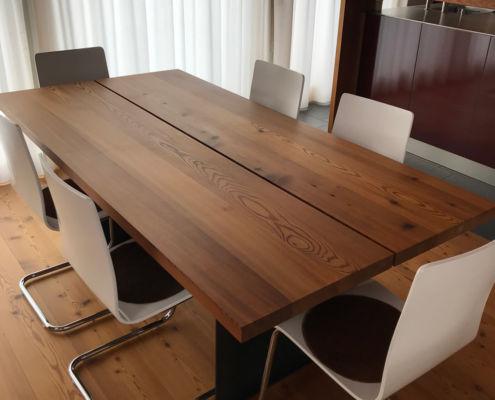 Tisch in Stalllärche mit Stahlfuss